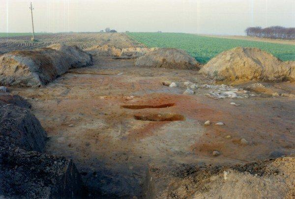 Her ses det frilagte område fra syd med de omkringliggende marker, hvor de mange fund af gammelt glas og andre rester fra en glashytte blev gjort. I den nordlige afdeling blev der frilagt et par store rødlige pletter og ude bag ste- nen  i afdelingen til venstre fandtes en mængde ornamenterede potteskår fra jern- alderen. I forgrunden ses en udgravning, som af de lærde spøgefuldt blev kaldt ned- gangen til kælderen. Det var en prøveopgravning af en med jord opfyldt grøft med rester fra stenalder/bronzealder.